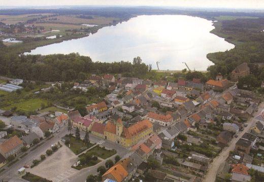 """Fot., fragment miasta i Jezioro Dolskie Wielkie """"z lotu ptaka"""", 2005, Dariusz Bógdał. Zbiory IRD"""