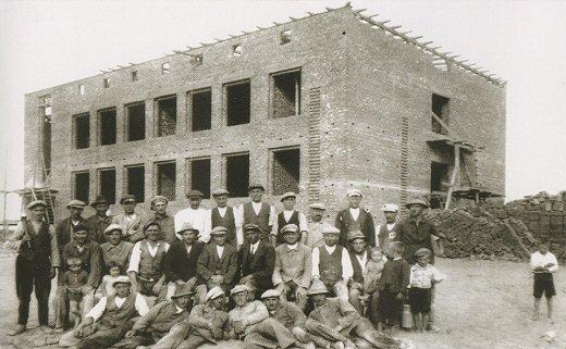 Fot., budowa nowej szkoły w Książu, ok. 1934-36. Zbiory RO