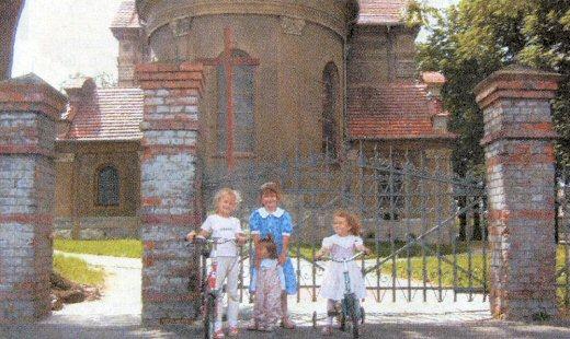 Najmłodsze pokolenie mieszkańców Wieszczyczyna: (od lewej) Paulina Karolewska (lat 6), Martyna Peszke (l. 7), Klaudia Łabęda (l. 1,5) i Paulina Peszke (l. 5) przed kościołem parafialnym pw. św. Rocha, zbudowanym w 1908 r.