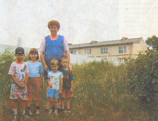 W Feliksowie gdzie kiedyś stał dwór zbudowany przez Topińskich rosną dzisiaj krzewy i trawa. Na zdjęciu od lewej Martyna Szymczak (l.5), Zuzanna Antoniewicz (l. 6), Teresa Brendel z wnukami Klaudią (l. 3) i Kacprem (l. 4) Bilskimi. Na drugim planie dawny czworak, w którym mieszka dzisiaj kilka rodzin.