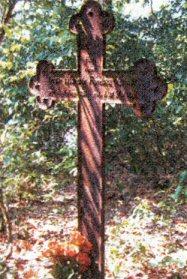 """Po dawnym cmentarzu ewangelickim w Olszy nie zostało już wiele grobów. Cmentarz jest zdewastowany, widoczne są świeże ślady działań """"hien cmentarnych"""". Groby są zniszczone, a niektóre nawet rozkopane. Na zdjęciu ostatni krzyż, z którego można jeszcze odczytać informacje o zmarłej osobie. Jest tu pochowana 6-letnia dziewczynka Ottite Mathilde Franciska Vahlpahl. Urodziła się 14 sierpnia 1853 roku, a zmarła 31 maja 1859 roku."""