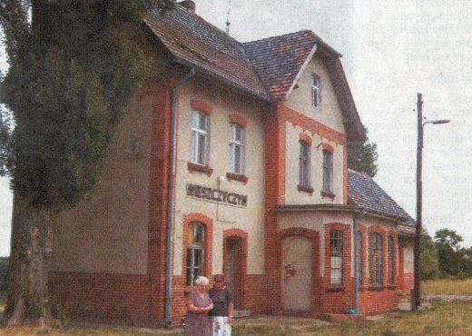 Dworzec kolejowy w Wieszczyczynie, obecnie nieczynny, mieszkają tu rodziny pracowników PKP. Na zdjęciu od lewej Wanda Bączkowska i jej synowa Eugenia Muszyńska. Ojciec pani Wandy, Jan Plebański, był tu zawiadowcą stacji od 1945 roku do 1950 roku kiedy przeszedł na emeryturę. Jej mąż Mieczysław Bączkowski przejął funkcję teścia i pracował tu do końca życia, zmarł w 1988 roku. Dzisiaj stacja jest nieczynna a tylko kilka razy dziennie przejeżdżają pociągi towarowe z miałem węglowym do odlewni w Śremie.