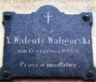 Tablica pamięci ks. Waligórskiego umieszczona na obecnym kościele w Wieszczyczynie.