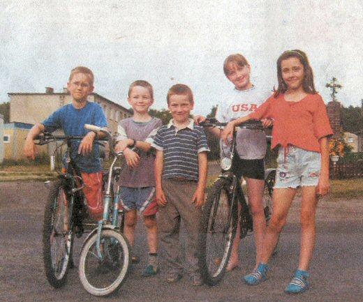 Na zdjęciu mieszkańcy Łężku, od lewej: Jacek Marciszak (l. 10), Maciej Brygier (l. 8), Krystian Krempulec (l. 7), Paulina Brygier (l. 11) i Martyna Krempulec (l. 11) na ważnym niegdyś skrzyżowaniu szlaków handlowych.